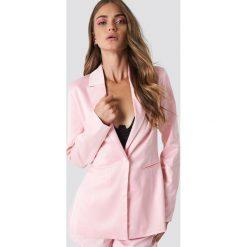 Galore x NA-KD Błyszcząca marynarka - Pink. Różowe żakiety damskie Galore x NA-KD, z tkaniny. Za 202.95 zł.