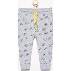 Spodnie dresowe we wzory - Jasny szar. Spodnie sportowe dla chłopców Reserved, z dresówki. Za 24.99 zł.