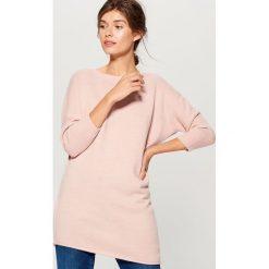 Sweter z asymetrycznym dołem - Różowy. Czerwone swetry damskie Mohito, z asymetrycznym kołnierzem. Za 119.99 zł.