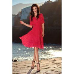 Plisowana sukienka kopertowa l255. Różowe sukienki damskie Lemoniade, wizytowe, z kopertowym dekoltem. W wyprzedaży za 149.00 zł.