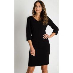 Klasyczna dopasowana czarna sukienka BIALCON. Czarne sukienki damskie BIALCON, biznesowe, z dekoltem w serek. Za 265.00 zł.