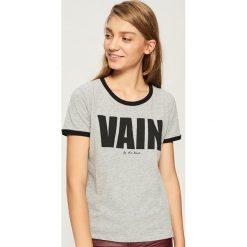 T-shirt z kontrastowym nadrukiem - Jasny szar. Szare t-shirty damskie Sinsay, z nadrukiem, z kontrastowym kołnierzykiem. Za 24.99 zł.