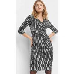 Dopasowana sukienka ze wzorem. Czarne sukienki damskie Orsay, na lato, w geometryczne wzory, z dzianiny, dekolt w kształcie v. Za 79.99 zł.
