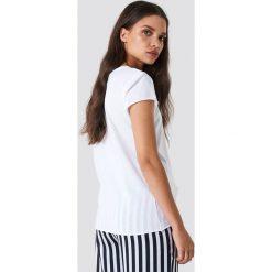 NA-KD Basic T-shirt z surowym wykończeniem - White. Białe t-shirty damskie NA-KD Basic, z bawełny, z okrągłym kołnierzem. Za 52.95 zł.