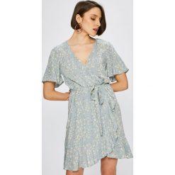 Broadway - Sukienka. Szare sukienki damskie Broadway, z dzianiny, casualowe, z asymetrycznym kołnierzem. W wyprzedaży za 179.90 zł.