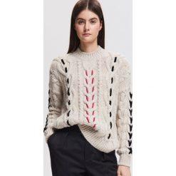 Sweter z warkoczowym splotem - Kremowy. Białe swetry damskie Reserved, ze splotem. Za 139.99 zł.