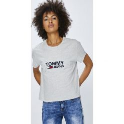 Tommy Jeans - Top. Szare topy damskie Tommy Jeans, z nadrukiem, z bawełny, z okrągłym kołnierzem, z krótkim rękawem. Za 159.90 zł.