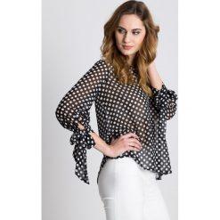 Czarna bluzka w białe groszki z wiązanymi rękawami BIALCON. Białe bluzki damskie BIALCON, w grochy, eleganckie. W wyprzedaży za 137.00 zł.