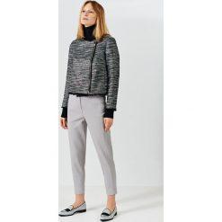 Simple - Spodnie. Szare spodnie materiałowe damskie Simple, z haftami, z bawełny. W wyprzedaży za 239.90 zł.