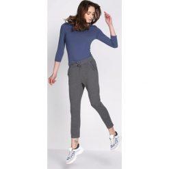 Ciemnoszare Spodnie Dresowe Walk Free. Szare spodnie dresowe damskie Born2be, z dresówki. Za 49.99 zł.