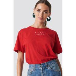 NA-KD Trend T-shirt oversize Loudly - Red. Czerwone t-shirty damskie NA-KD Trend, z nadrukiem, z klasycznym kołnierzykiem. Za 72.95 zł.