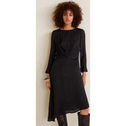 Mango - Sukienka Bilboa2. Czarne sukienki damskie Mango, z materiału, casualowe, z asymetrycznym kołnierzem, z długim rękawem. Za 199.90 zł.