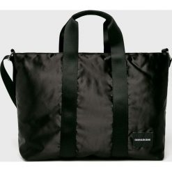 Calvin Klein Jeans - Torebka. Czarne torebki do ręki damskie Calvin Klein Jeans, w paski, z jeansu. Za 449.90 zł.