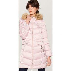 Pikowany płaszcz z kapturem - Różowy. Czerwone płaszcze damskie Mohito. Za 279.99 zł.