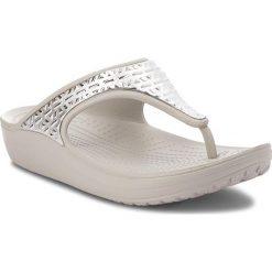 Japonki CROCS - Sloane Graphic Etch Met Flip W 205129 White/Silver. Szare klapki damskie Crocs, z tworzywa sztucznego. W wyprzedaży za 149.00 zł.