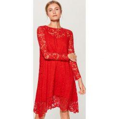Czerwona sukienka z koronki - Czerwony. Czerwone sukienki damskie Mohito, w koronkowe wzory, z koronki. W wyprzedaży za 79.99 zł.