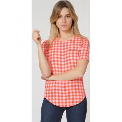 Bluzka w kolorze biało-czerwonym. Białe bluzki damskie TrakaBarraka, w kratkę, z dekoltem na plecach. W wyprzedaży za 79.95 zł.