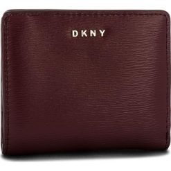 Mały Portfel Damski DKNY - Bryant Bifold Wallet R83Z3657 Blood Red XOD. Czerwone portfele damskie DKNY, ze skóry. Za 289.00 zł.