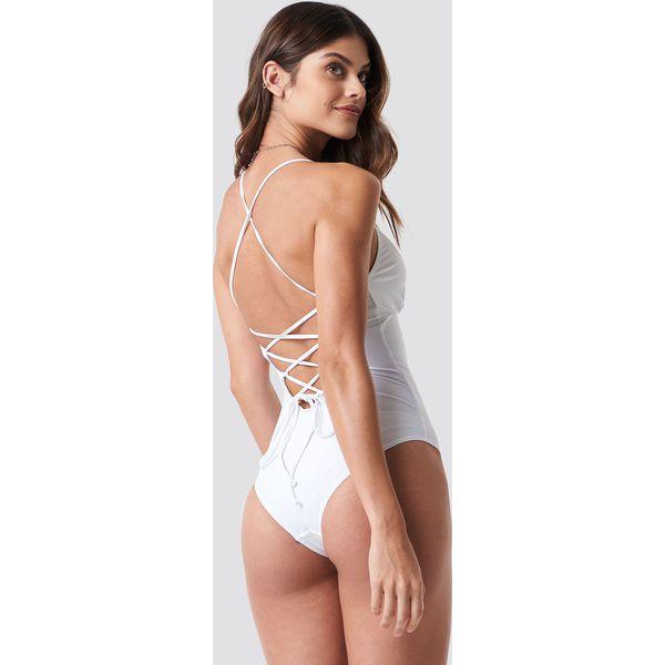 decdf147835a NA-KD Swimwear Kostium kąpielowy sznurowany z tyłu - White - Kostiumy  jednoczęściowe damskie marki NA-KD Swimwear. Za 100.95 zł.