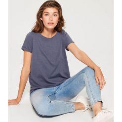 Bawełniana koszulka z efektem sprania - Niebieski. Niebieskie bluzki damskie Mohito, z bawełny. W wyprzedaży za 29.99 zł.