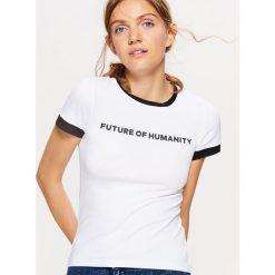 Koszulka z kontrastowym obszyciem kolekcja EQUAL - Biały. Białe t-shirty damskie Cropp, z kontrastowym kołnierzykiem. Za 29.99 zł.