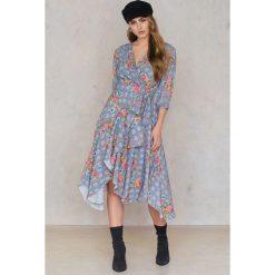 Trendyol Sukienka w kwiaty - Grey,Multicolor. Sukienki damskie Trendyol, w kwiaty, z asymetrycznym kołnierzem. W wyprzedaży za 60.89 zł.