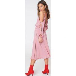 NA-KD Sukienka z dekoltem V i wycięciami na ramionach - Pink. Różowe sukienki damskie NA-KD, z długim rękawem. W wyprzedaży za 142.07 zł.
