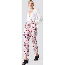 NA-KD Proste spodnie z elastyczną talią - Pink. Różowe spodnie materiałowe damskie NA-KD. Za 80.95 zł.