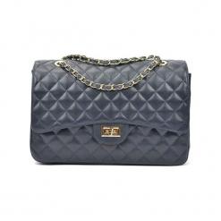Skórzana torebka w kolorze niebieskim - (S)33 x (W)22 cm. Niebieskie torby na ramię damskie Akcesoria na sylwestrową noc. W wyprzedaży za 369.95 zł.