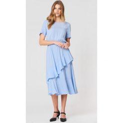 Just Female Sukienka Kirsten - Blue. Niebieskie sukienki damskie JUST FEMALE, z falbankami, z krótkim rękawem. Za 505.95 zł.