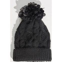 Czapka z aplikacją - Czarny. Czarne czapki i kapelusze damskie Sinsay. Za 29.99 zł.