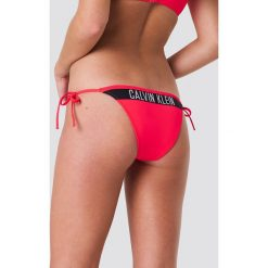 Calvin Klein Dół bikini Cheeky String Side Tie N - Red. Czerwone bikini damskie Calvin Klein. Za 161.95 zł.