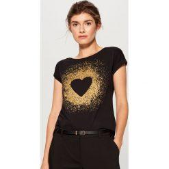 Bawełniana koszulka z nadrukiem - Czarny. Czarne t-shirty damskie Mohito, z nadrukiem, z bawełny. Za 39.99 zł.