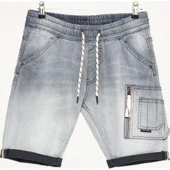Jeansowe szorty z kieszenią cargo - Szary. Szare szorty męskie Cropp, z jeansu. W wyprzedaży za 69.99 zł.
