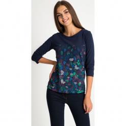 Granatowa bluzka w liście QUIOSQUE. Szare bluzki damskie QUIOSQUE, w kwiaty, z bawełny, biznesowe, z dekoltem na plecach, z długim rękawem. W wyprzedaży za 59.99 zł.