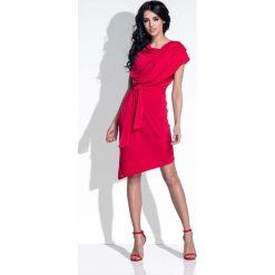 Czerwona Sukienka Elegancka Asymetryczna z Rozcięciem na Plecach. Czerwone sukienki damskie Molly.pl, w paski, z dzianiny, eleganckie, z asymetrycznym kołnierzem. W wyprzedaży za 111.93 zł.