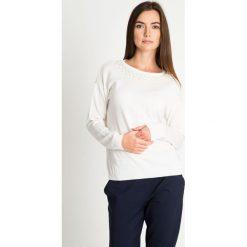 Biały sweter z perełkami na dekolcie QUIOSQUE. Białe swetry damskie QUIOSQUE, z tkaniny, z klasycznym kołnierzykiem. W wyprzedaży za 59.99 zł.