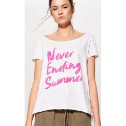 Bawełniana koszulka z napisem - Biały. Białe t-shirty damskie Mohito, z napisami, z bawełny. Za 19.99 zł.