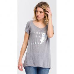 Koszulka w kolorze szarym. Szare t-shirty damskie Cross Jeans, z wiskozy, z okrągłym kołnierzem. W wyprzedaży za 36.95 zł.