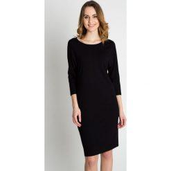 Czarna biurowa sukienka z rękawem 3/4 BIALCON. Czarne sukienki damskie BIALCON, z tkaniny, biznesowe, z kopertowym dekoltem. Za 145.00 zł.