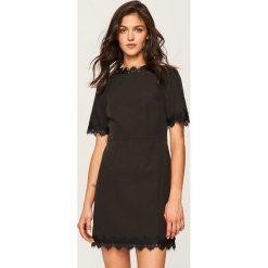 Sukienka z koronkową lamówką - Czarny. Czarne sukienki damskie Reserved, z koronki. W wyprzedaży za 59.99 zł.