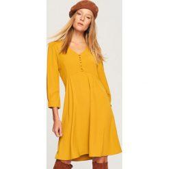 Sukienka z dekoltem V - Żółty. Żółte sukienki damskie Reserved. Za 119.99 zł.