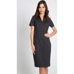 Grafitowa sukienka ze stójką QUIOSQUE. Szare sukienki damskie QUIOSQUE, z dzianiny, biznesowe, ze stójką, z krótkim rękawem. W wyprzedaży za 99.99 zł.