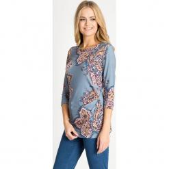 Niebieska bluzka ze wzorem QUIOSQUE. Niebieskie bluzki damskie QUIOSQUE, w jednolite wzory, z dzianiny, z dekoltem w łódkę, z długim rękawem. W wyprzedaży za 39.99 zł.