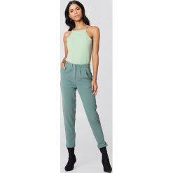 Rut&Circle Spodnie Damian - Green. Zielone spodnie materiałowe damskie Rut&Circle, z haftami, z poliesteru. Za 161.95 zł.