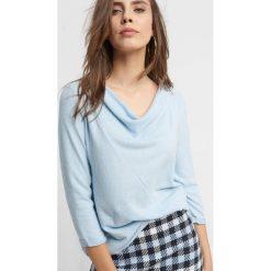 Dzianinowa koszulka basic. Niebieskie bluzki damskie Orsay, z dzianiny, z asymetrycznym kołnierzem. Za 59.99 zł.