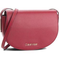 Torebka CALVIN KLEIN - Frame Med Saddle Bag K60K604451 628. Czerwone listonoszki damskie Calvin Klein, ze skóry ekologicznej. Za 449.00 zł.