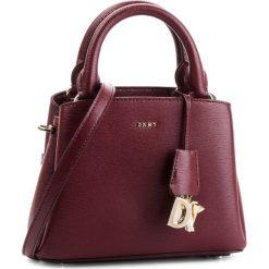 Torebka DKNY - Paige Sm Satchel R82D3465  Blood Red XOD. Czerwone torebki do ręki damskie DKNY, ze skóry. Za 1,069.00 zł.