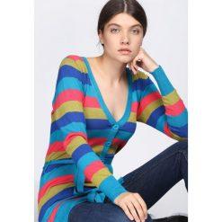Niebieski Sweter Miracles. Niebieskie kardigany damskie Born2be, w kolorowe wzory. Za 29.99 zł.