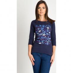 Granatowa bluzka z rękawem 3/4 ze wzorem QUIOSQUE. Niebieskie bluzki damskie QUIOSQUE, z nadrukiem, z dzianiny, z dekoltem w łódkę. W wyprzedaży za 39.99 zł.